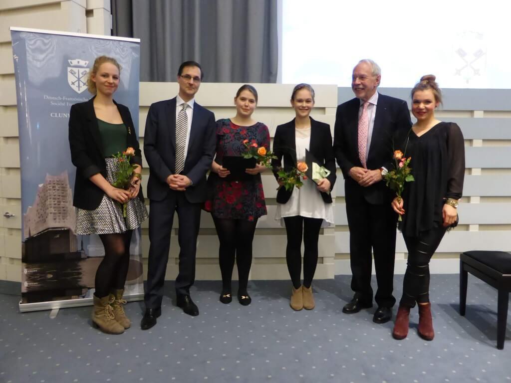 Vier der Preisträgerinnen mit Generalkonsul Serge Lavroff und CLUNY-Präsident Hubert Depenbusch